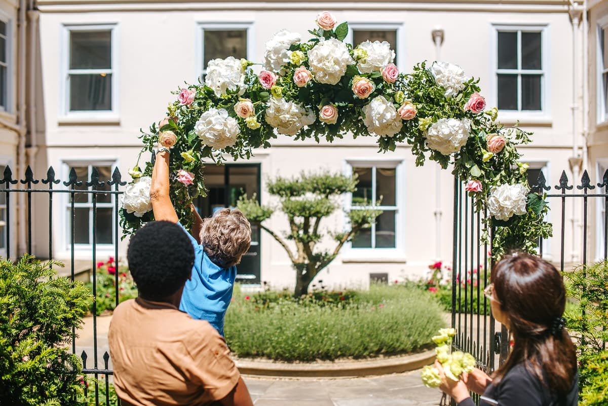 guestts preparing flower arch, wedding decoration idea