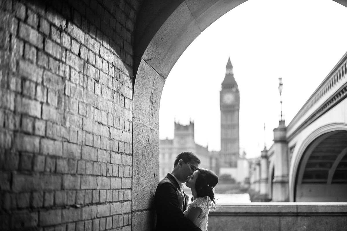 couple kissing by the big ben
